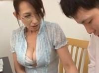 爆乳家庭教師の園田ユキ先生がオッパイに興奮してオ○ンチンを大きくさせた童貞の男の子を優しく性教育して筆おろし