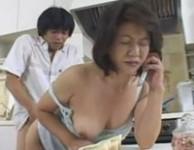 【母子相姦 動画】電話中の無防備なお母さんの背後に回り勃起オ○ンチンをオ○ンコに挿入して母子相姦する息子