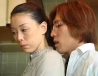 【青井マリ 母子相姦】父親とSEXした母親に嫉妬してオ○ンチンを押し付けて甘える息子と母子相姦する白い美乳のお母さん