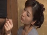 【上原千尋】美人義母の千尋に欲情してオナニーする息子それを見た千尋は接吻手コキで射精に導く