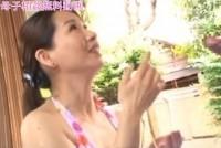 【岩下京香】可愛い水着姿の美熟女お母さんに欲情エロい妄想して美人ママにフェラ抜きされる息子