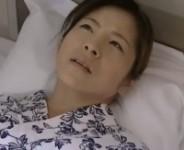 【ヘンリー塚本】性欲の激しい北島エリカお母さんが入院中の病室で息子のオ○ンチンを咥え込み声を殺して母子相姦