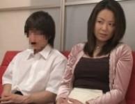 【母子AV鑑賞】AVを見て欲情したお母さんが童貞息子に積極的に性教育して母子相姦する淫乱ママ