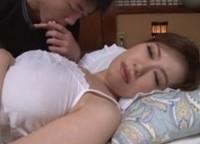 【母子相姦】寝ているお母さんを夜這いして勃起オ○ンチンをオ○ンコに押し付けてくる息子をフェラチオで慰める美人巨乳お母さん