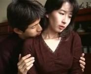 【母子相姦無修正動画】「お母さんキスして」お母さんを激しく求める息子に抗えず肉体を許す美人母の愛欲母子相姦無修正動画
