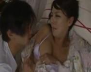 【村上涼子 母子相姦】村上涼子お母さんに夜這いして父親の隣でお母さんと中出し母子相姦する息子