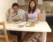 【伊織涼子 母子相姦】巨乳義母にノーパンオ○ンコで誘惑されテーブルの下に潜り込みオ○ンコを舐めしゃぶり母子相姦する息子