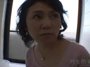 【母子相姦無修正動画】母親のパンチラ姿に興奮して勃起させたオ○ンチンをフェラチオ手コキ射精する熟女母の母子相姦動画