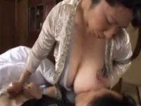 【お母さん授乳手コキ】愛情溢れるママのおっぱいを吸いながらお母さんに授乳手コキされ射精する息子のエロ動画
