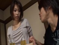 【大塚咲 義母人妻】いかれた息子に友人の前で辱めを受け大量の愛液を噴かされた大塚咲お母さんが愛欲に溺れ肉欲SEX