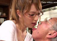 【ティア 介護士】ハーフ美女のティアちゃんがキモ爺の言うがままにベロチュウ口移し介護させられ絶倫爺のチ○ポをSEX介護