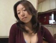 【母子相姦】「可愛いと思うと子宮がキューンとするの」食事中に箸を落として息子にノーパンオ〇ンコ見せつけ誘惑する義母