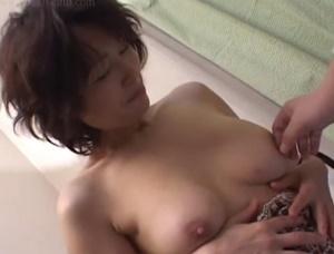 【里中亜矢子 無修正動画】兄と母子相姦しているお母さんに嫉妬して怒った弟の肉棒を優しく慰める里中亜矢子お母さん