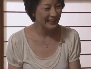 【染谷京香 親友の母親】母性溢れる美しくて優しい親友の母親のオナニー姿にオ〇ンチンを膨らませ激情に任せて中出し交尾する友人