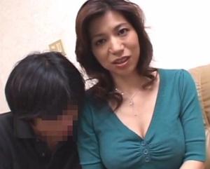 【松浦ユキ 母子相姦】爆乳お母さんに甘える息子を溺愛するママが息子との関係を告白しながら中出し母子相姦交尾