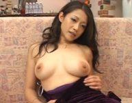 【友田真希】脚フェチパンストフェチ男たちのオ〇ンチンを誘惑する美熟女巨乳ママの友田真希さん