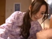 【冴島かおり 母子相姦】いまだにお母さんに甘える息子を男にすべく寝ている息子のオ〇ンチンを慰める巨乳ママ