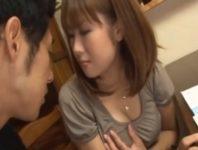 母乳家庭教師の倉橋舞先生がおっぱいが気になって勉強できない生徒を親の側で母乳授乳して勃起オ〇ンチンを母乳塗れで手コキ射精