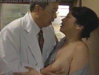 【ヘンリー塚本 北原夏美】病気で寝込む娘が診察しに来た医者がノーパンオ〇ンコで娘に誘惑され爆乳お母さんと肉欲剥き出し交尾