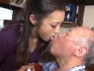 【管野しずか 近親相姦】医者から欲求不満だと診断された長い舌の嫁が義父との咀嚼介護で肉欲を疼かせ義父と禁断の接吻中出し近親相姦