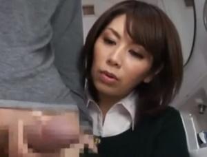 【翔田千里 母子相姦】トイレで息子のオ〇ンチンを扱いてくれる過保護すぎるお母さんが勃起した息子をお口で慰めフェラチオ母子相姦