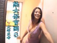 【友崎亜希】甘えん坊の大人の園児が集う熟女保育園で爆乳おっぱいの保母さんに甘えてエッチな悪戯する大きなお友達