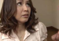 松嶋友里恵お母さんに目の前で勃起オ●ンチン見せつけ父親の側でバイブ責めしてフェラ射精させる息子
