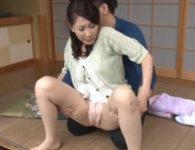 尿意に耐えられず庭先でオシッコお漏らししオナニーする木村はなお母さんが覗かれた息子に放尿を強要され中出し母子相姦