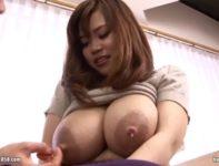 パンパンに張った大きな爆乳おっぱいから大量の母乳をまき散らして不倫交尾する吉澤留美ママ