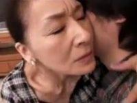 息子に迫られ禁断の関係を結んで以来肉欲に負けて中出し母子相姦する五十路母の高見礼子お母さん