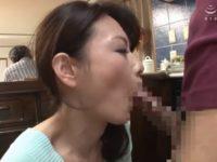 【三浦恵理子】朝食の用意中に迫ってくる息子のオ●ンチンを声を殺してお口で慰める美人母