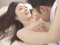 【鈴原エミリ】寝取らせ願望の夫の策略にハマり不倫してしまう美人妻がSEX中に夫に乱入されるエロドラマ