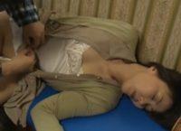 【ヘンリー塚本】父の遺影を片手にオナニーする母に睡眠薬飲まして眠らせ中出し母子相姦する息子