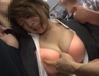 満員電車内で巨乳女性を狙いパンツの上からオ●ンチン挿入して中出し射精する痴漢男