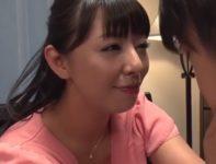 【村上涼子】巨乳ママのブラジャーでオナニーする息子の姿を見たお母さんが驚きながらも母子相姦性教育