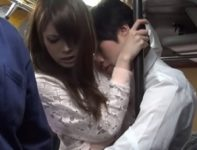 美しい人妻の堀内秋美が満員のバス車内で身体を密着させて興奮した男のオ●ンチンに犯され肉欲交尾