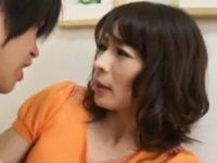 【矢部寿恵】お母さんの下着を隠していたことを見られた息子に迫られオ●ンチンを手コキ母子相姦する美人ママ