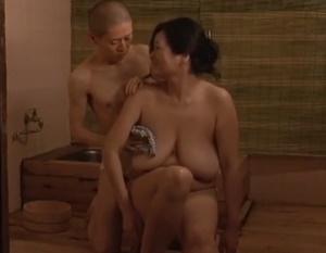 【城エレン】半身不随になったお母さんを介護する息子が母親の身体に禁断の欲望を抱き夜這いして母子相姦交尾