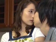 【倉多まお】息子との肉欲に溺れた美人ママが夫の側で迫る息子と接吻して出かけて2秒で激しく愛し合い中出し母子相姦