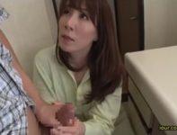 【澤村レイコ】一人寂しくオ●ンチンを慰める息子に哀れみを感じた美人ママが優しく肉棒を握り締め中出し母子相姦