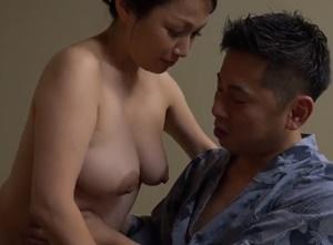 全裸姿でお客さんを出迎える全裸旅館で母性溢れる熟女たちが過剰なまでの性サービスでオ●ンチンが枯れるまでおもてなしSEX