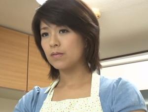 【笹山希】夫を見送った直後に2秒で息子と吸い付くように接吻して肉欲に塗れて母子相姦し精液を中出し射精させる爆乳ママ