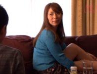 【翔田千里】母を亡くし男として意識していた甥を慰めるため自宅に預かった美熟女叔母が妖艶な魅力で誘惑し近親相姦SEX