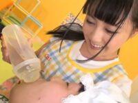 可愛い保育士さんが大人の園児におむつ当てて哺乳瓶に放尿したオシッコをごくごく飲ませて勃起したオ●ンチンを手コキ射精