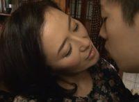 【加藤英子】夫と死別し息子との母子相姦に溺れる巨乳母が息子と喧嘩するたびに仲直りして濃密な接吻を交わし近親相姦SEX