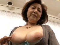【内田典子】五十路熟女人妻が恥じらいながらも巨乳おっぱい揺らして若い男と中出しSEX