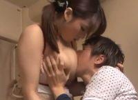 【三島奈津子】可愛い爆乳おっぱいのお姉さんがシ●タ君にお乳吸われながらオ●ンチン扱いてマセガキの肉棒と肉欲SEX