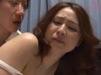 【松嶋友里恵 母子姦】酔っぱらいの父親を介抱する美人お母さんに嫉妬した息子が酔い潰れた父親の隣で迫って母子相姦SEX