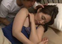 【翔田千里 母子相姦】オ●ンチンが辛抱堪らず寝ている所を起こされた美熟女お母さんが息子の部屋で接吻を交わし母子相姦SEX