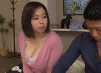 【塚田詩織 母子相姦】彼女にフラれ落ち込む息子を勇気づけるためコンドームを条件に性教育する爆乳ママがゴムを外した息子と中出し母子相姦